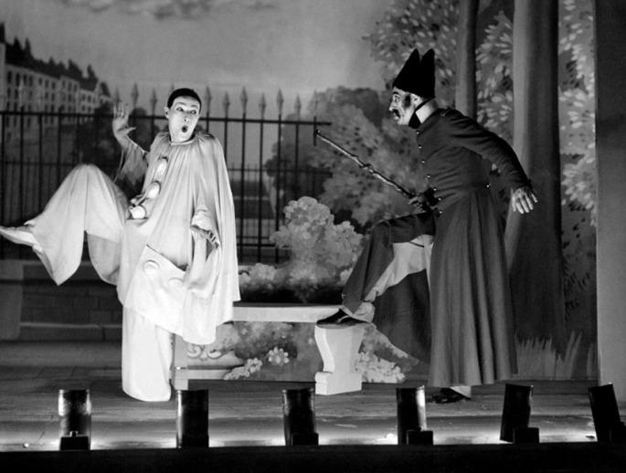 Jean-Louis-Barrault-in-Les-Enfants-du-Paradis-directed-by-Marcel-Carné-1945